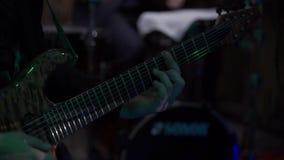 Гитарист на этапе играя гитару видеоматериал
