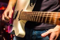 Гитарист на этапе, концерте в реальном маштабе времени Стоковые Фотографии RF