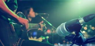 Гитарист на этапе с микрофоном для предпосылки, мягкий и нерезкости стоковая фотография rf