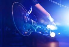 Гитарист на этапе для концепции предпосылки, нежности и нерезкости стоковое изображение