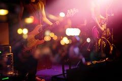 Гитарист на этапе для концепции предпосылки, нежности и нерезкости стоковая фотография rf