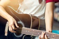Гитарист на этапе для предпосылки Стоковое фото RF