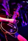 Гитарист на этапе для фокуса предпосылки, красочных, мягких и нерезкости Стоковое Фото