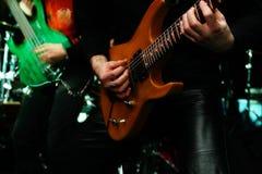 Гитарист на этапе стоковое фото