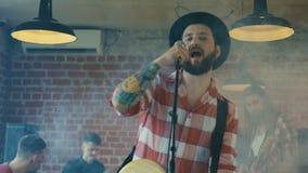Гитарист поя в дыме сток-видео