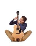 Гитарист сидя с акустической гитарой Стоковое Фото