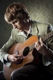 гитарист стиля 1960s стоковое фото