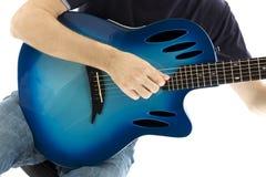 Гитарист с его голубой электроакустической гитарой на белом backgrou стоковая фотография