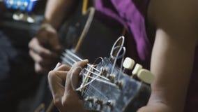Гитарист тренькая гитарой поле глубины отмелое сток-видео