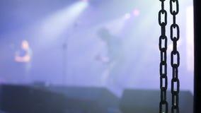 Гитарист утеса играя и танцуя на этапе сток-видео