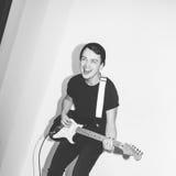 Гитарист утеса музыканта внушительной шальной моды молодой скачет с страстью в студии Стильный скалистый эмоциональный человек че Стоковое Фото