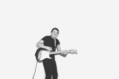 Гитарист утеса музыканта внушительной шальной моды молодой скачет с страстью в студии Стильный скалистый эмоциональный человек че Стоковое Изображение