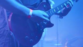 Гитарист утеса перед толпой на событии музыки акции видеоматериалы