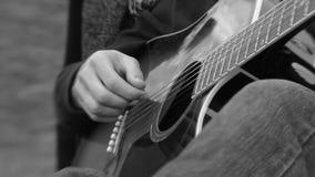 Гитарист черноты и wite романтичный играет outdoors акции видеоматериалы