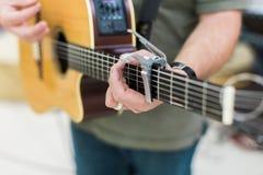 Гитарист человека на акустической гитаре Стоковые Фото