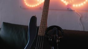 гитары празднества Дубай 2011 полосы выполнять macy джаза басовой серой международный видеоматериал