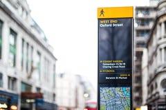 Гид знака улицы в Лондоне Англии Стоковое Изображение RF
