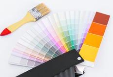 Гид диаграммы цвета для реновации с щеткой на белой предпосылке Стоковые Изображения RF