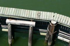Гидравлическая структура и деревянная дорожка в реке Стоковая Фотография