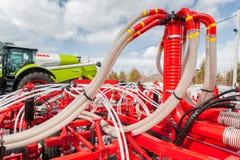 Гидравлические приводы оборудования прикрепленного на петлях трактором Стоковое фото RF