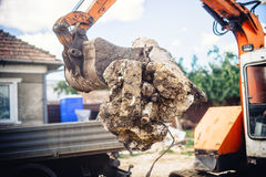 Гидравлические твердые частицы, камень и бетон подрыванием загрузки бульдозера backhoe для рециркулировать стоковые изображения