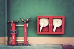 Гидрант с шлангами воды и пожар тушат Стоковые Фото