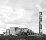 Гидроэлектрическая электростанция в городе Kemerovo Сибирь, Россия Дым от печной трубы на затемненном небе Стоковая Фотография RF