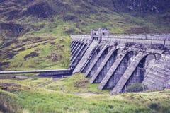 Гидро запруда силы в ландшафте горы Стоковое Фото