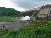 Гидро waterworks фонтана prakarnchon dan khun электростанции Стоковые Фотографии RF