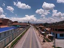 Главная дорога в середине города стоковые фотографии rf