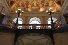 Главная лестница Взгляд второго этажа замок mikhailovsky Взгляд собора Андрюа апостола стоковая фотография rf