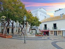 Главная площадь в Лагосе в Алгарве Португалии на заходе солнца Стоковое Изображение