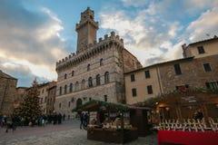 Главная площадь Montepulciano с рождественской елкой и рынком на зимнем времени Стоковые Фотографии RF