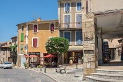 Главная улица с кафем и рестораны на изумлять средневековый городок Moustier-Sainte-Мари, Францию стоковая фотография