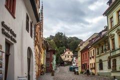 Главная улица цитадели Sighisoara Рассмотрены, что будет замок примером средневековой архитектуры Transylvanian Стоковые Фотографии RF