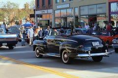 Главная улица Hastings классического старого автомобиля курсируя, Минесота стоковая фотография rf