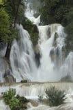Главный водопад в водопадах Kuang Si около vertica Luang Prabang стоковое фото