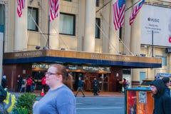 Главный вход и шатер гостиницы Пенсильвании в Манхэттене, Нью-Йорке со швейцаром в проходить фронта и пешеходов стоковое фото