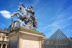Главный двор дворца дворца жалюзи с конноспортивной статуей короля Луис XIV в Париже Франции стоковые изображения