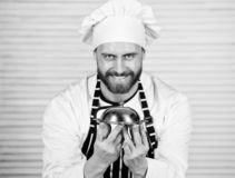 Главный повар Красивый человек в шляпе рисбермы и повара Повар шеф-повара в равномерном положении с очень вкусным блюдом Сервиров стоковая фотография rf