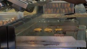Главный повар подготавливая свежий бургер в гриле кухни Варочный процесс меню ресторана бургера Повар положил бекон дальше сток-видео