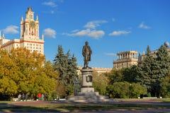 Главный университет Москвы - государственного университета Москвы в лучах стоковое фото rf