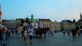 Главным образом рыночная площадь в вечере, Кракове, Польше видеоматериал