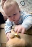 глаза голубого мальчика младенца играя портрет Стоковое фото RF