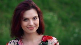 Глаза и улыбка милой девушки стороны открытые смотря камеру ( сток-видео