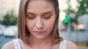Глаза мечты женщины портрета раздумья закрыли видеоматериал