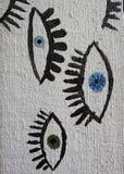 Глаза покрашенные на деревянной стене, Литве стоковые фото