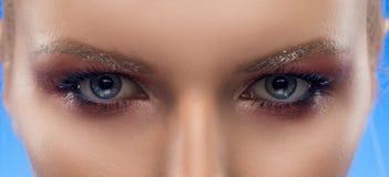 Глаза серого цвета девушки фото крупного плана красивые background card congratulation invitation вечер Стоковое фото RF