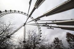 Глаз Лондона гигантское колесо Ferris на южном береге реки Темзы в Лондоне Структура в 443 фута 135 m высокорослое Стоковая Фотография