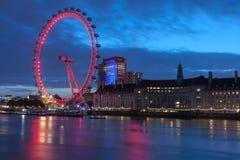 Глаз Лондона, тысячелетие катит внутри Лондон на ночу Стоковое Изображение RF